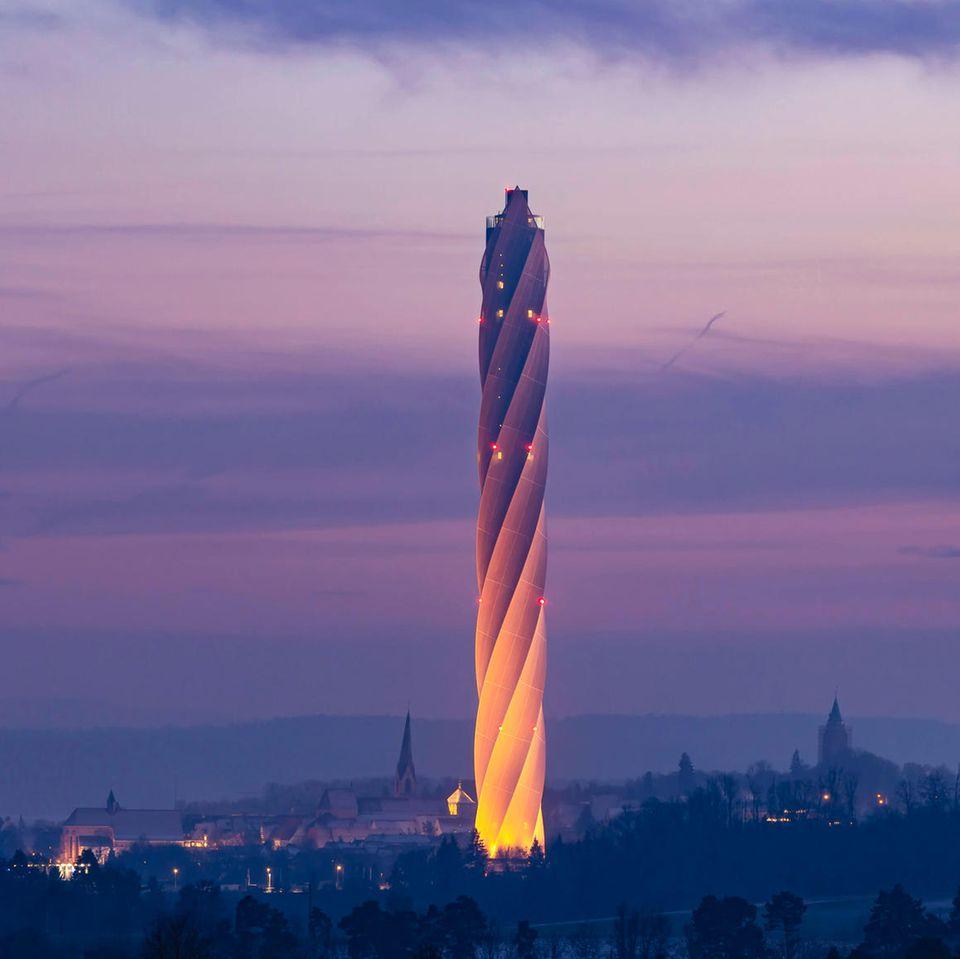 Rottweil in Baden-Württemberg: TestturmThyssen-Krupp Elivator  Kein Schornstein, sondern der 246 Meter hohe Aufzugstestturm für Express- und Hochgeschwindigkeitsaufzüge gehört zu den jüngsten Entwürfen von Helmut Jahn. Er wurde 2017 fertiggestellt.