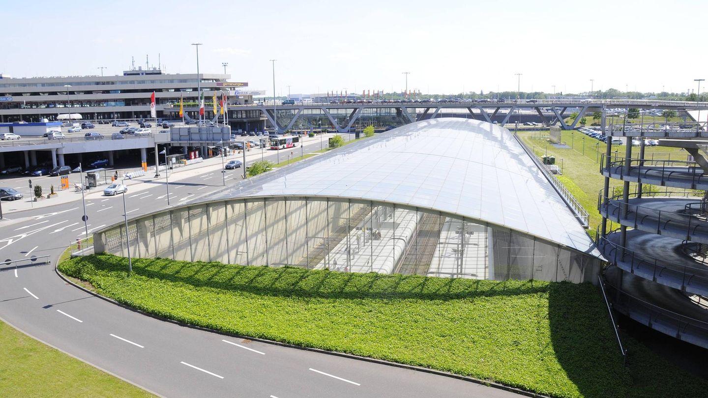 Köln/Bonn: Flughafenbahnhof  Das Architekturbüro Murphy/Jahn hatte bereits Terminal 2 am Airport Köln/Bonn entworfen. Im Rahmen der neuen Schnellbahnstrecke zwischen Köln und Frankfurt erhielt der Airport 2004 einen unterirdischen Fern- und Regionalbahnhof – mit einem gewölbten Glasdach für das Tageslicht.
