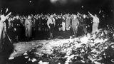 """10. Mai 1933: Als in Deutschland die Bücher brannten  Vor 88 Jahren fanden im nationalsozialistischen Deutschland im Zuge einer Aktion """"wider den undeutschen Geist"""" Bücherverbrennungen statt. Dabei wurdenin 22 Universitätsstädten öffentlich Zehntausende Bücher von jüdischen, marxistischen und pazifistischen Schriftstellern konfisziert und verbrannt. Es beteiligten sich vor allem Studenten, Professoren und Mitglieder nationalsozialistischer Parteiorgane unter der Führung des Nationalsozialistischen Deutschen Studentenbundes (NSDStB), allerdings fanden vielerorts ebenfalls Bücherverbrennungen ohne universitäre Verbindung statt.Im Juni 1933 und in den Monaten danach folgten zahlreiche weitere Aktionen."""