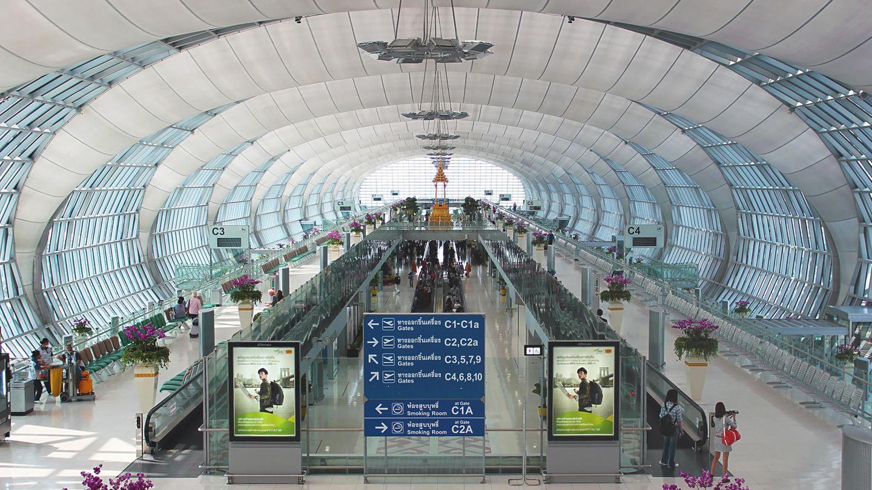 Bangkok, Thailand: Suvarnabhumi Airport  Bei dem internationalen Architektenwettbewerb für einen neuen Flughafen in Bangkok ging das Chicagoer Architekturbüro Murphy/Jahn 1994 als Sieger hervor. 2006 konnte Suvarnabhumi in Form eines H mit 51 direkten Flugsteigen eingeweiht werden.