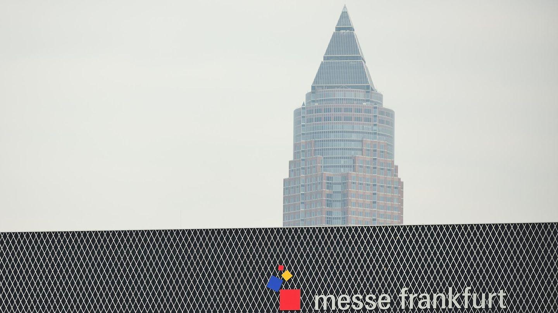 Frankfurt: Messeturm  Das markante Zacken in der Frankfurter Skyline: Der Messeturmwar 1991 bei seiner Fertigstellung mit 256 Metern das höchste Hochhaus der EU.