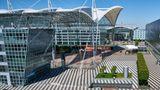 Münchner Airport Center  Vieles unter einem mehr als 40 Meter hohen Dach: Ebenfalls schuf Helmut Jahn die architektonische Verbindung von Terminal 1 und Terminal 2 des München Flughafens. In der offenen Halle befinden sich Restaurants wie das Airbräu, ein Ärztezentrum sowie die Zugänge zu Büroflächen und der S-Bahn. Auf der Freifläche findet im Winter auch ein Weihnachtsmarkt statt.