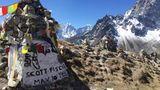 10.Mai 1996: Großes Unglück am Mount Everest  Acht Bergsteiger starben genau heute vor einem Vierteljahrhundert bei dem Versuch, den Gipfel des Mount Everest zu erklimmen. Obwohl es immer wieder zu Todesfällen bei der Besteigung des sagenumwobenen Berges kommt, ging dieses Unglück in die Geschichte ein. Unter anderem aufgrund der hohen Opferzahl an einem einzigen Tag und da unter den Opfern mehrere erfahrene Bergführer kommerzieller Expeditionen waren. Neben Scott Fischer, dessen Gedenkstein hier zu sehen ist, auch der ebenfalls in der Szene weithin bekannte Rob Hall. Die Bergsteiger wurden von einem Wetterumschwung überrascht.