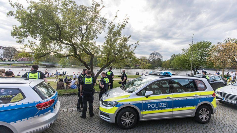 Die Polizei löst die Party an der Alster auf