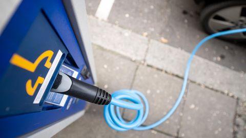 Ein Ladestecker steckt in einer Ladesäule für Elektroautos.