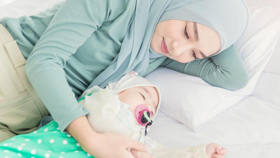 Eine Mutter aus England durfte endlich ihr Baby im Arm halten (Symbolbild)