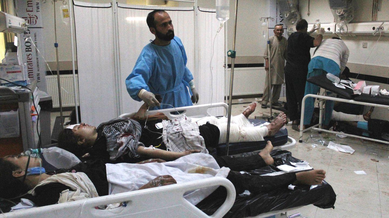 In einem Krankenhaus in Kabul werden Opfer des Massakers vor einer Mädchenschule behandelt
