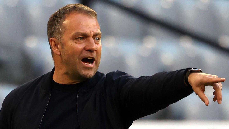 Bayern-Coach Hansi Flick zeigt mit ausstrecktem Arm in eine Richtung