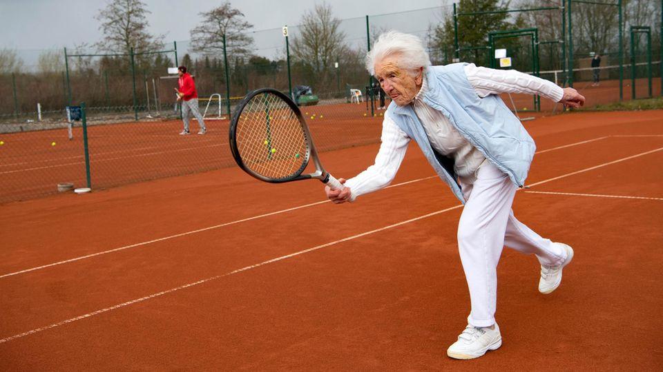 Else Schirra spielt Tennis