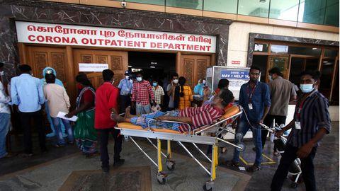 Patienten vor der Corona-Station eines Krankenhauses in Chennai