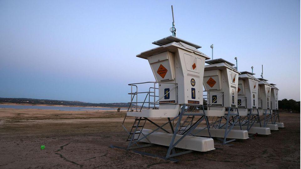 Granite Bay, Vereinigte Staaten. Nichts zu beobachten gibt es von denRettungsschwimmer-Beobachtungstürmen am Folsom Lake in Kalifornien. Der See ist nahezu ausgetrocknet.Der kalifornische Gouverneur Gavin Newsom erklärte in 41 der 58 Bezirke Kaliforniens einen Dürre-Notfall.
