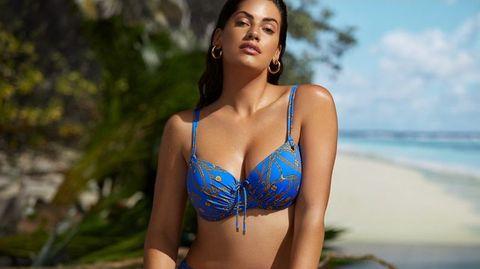 Frau im gelben Bikini am Strand