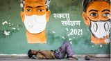 Delhi, Indien. Einmal den Mundschutz ablegen und sich ausruhen – doch die Pandemie bleibt auch auf dem Subkontinent allgegenwärtig. Schlechte Nachrichten kommen von der Weltgesundheitsorganisation.Es gebe Hinweise, dass die in Indien vorherrschende Mutante B.1.617 ansteckender und womöglich auch unempfindlicher gegen Antikörper sei, heißt es. Ernuet wurden binnen eines Tages weit mehr als 300.000 Neuinfektionen gezählt, Tausende Menschen starben.Das Gesundheitssystem ist völlig überlastet. Immer wieder gibt es Berichte über Todesfälle wegen mangelnden Sauerstoffs in Kliniken.