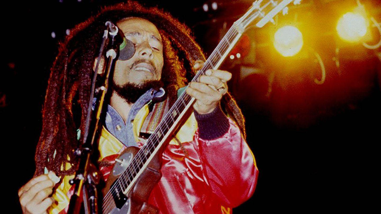 Reggae-Musiker Bob Marley spielt auf der Gitarre und singt auf einem seiner letzten Konzerte im Juni 1980 in Dijon,Frankreich