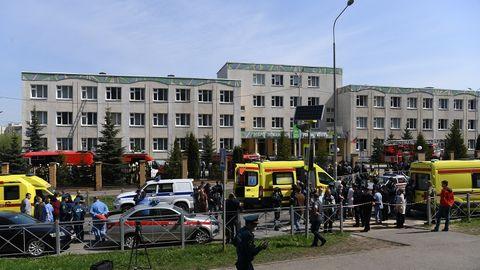 Russland, Kasan: Bewaffnete Einsatzkräfte gehen zum dem Gymnasium Nummer 175