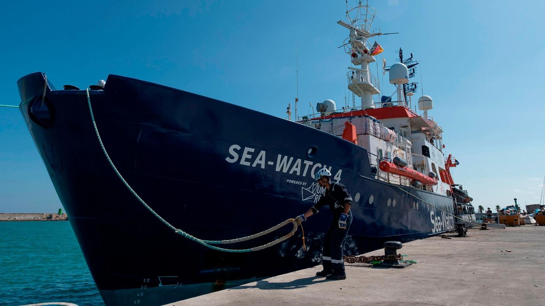 Ein Crew-Mitglied löst das Tau der Sea Watch 4 im Hafen von Burriana. Das Schiff bricht zu einem neuen Rettungseinsatz auf.