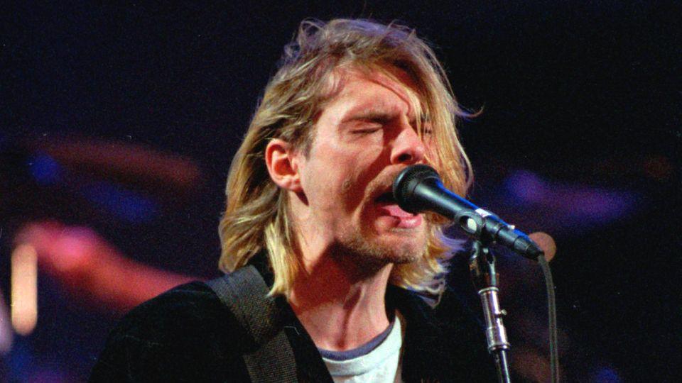 Kurt Cobain, Sänger der US-amerikanischen Kult-Rockband Nirvana, im Dezember 1993 bei einem Auftrittin Seattle
