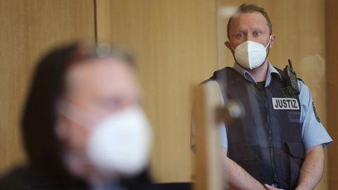 Der Angeklagte (l.) sitzt im Aachener Gerichtssaal vor Justizangestellten