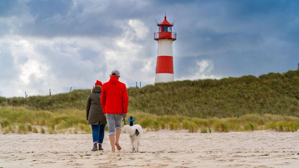 An Deutschlands nördlichstem Punkt: Spaziergängeram Strand des Ellenbogen auf Sylt.