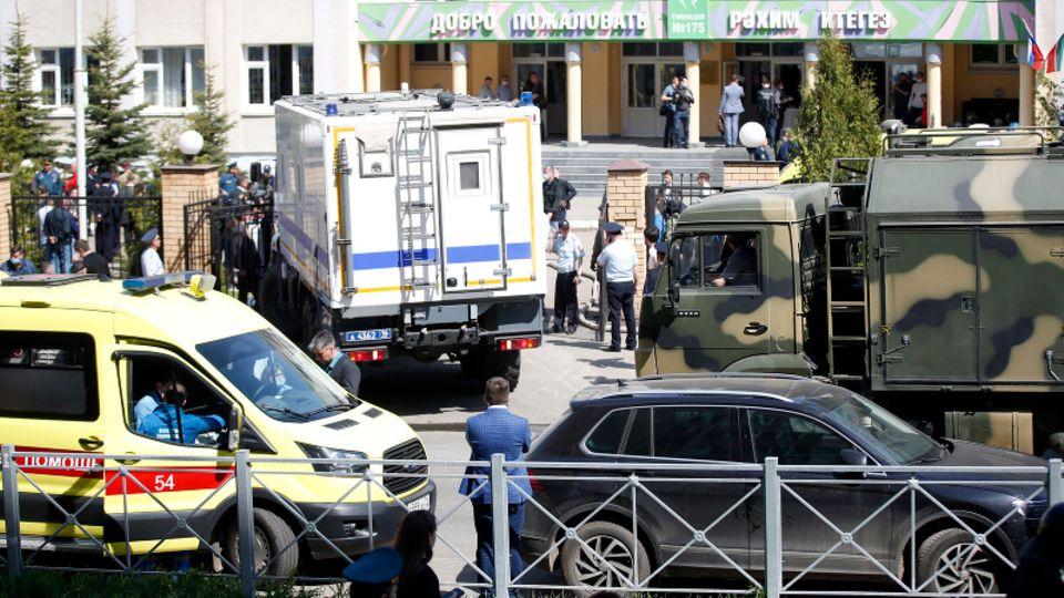 Russland, Kasan: Ein Krankenwagen und Polizeifahrzeuge stehen nach einem Angriff mit Schusswaffen vor einer russischen Schule