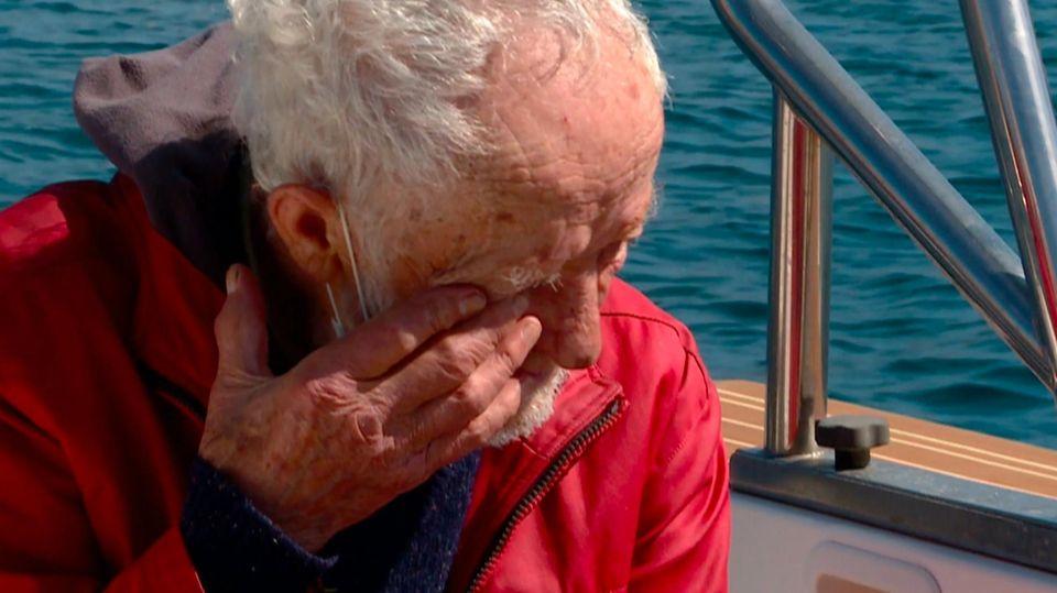 Robinson Crusoe Italiens verdrückt eine Träne, als er seine Insel nach 30 Jahren verlassen muss.