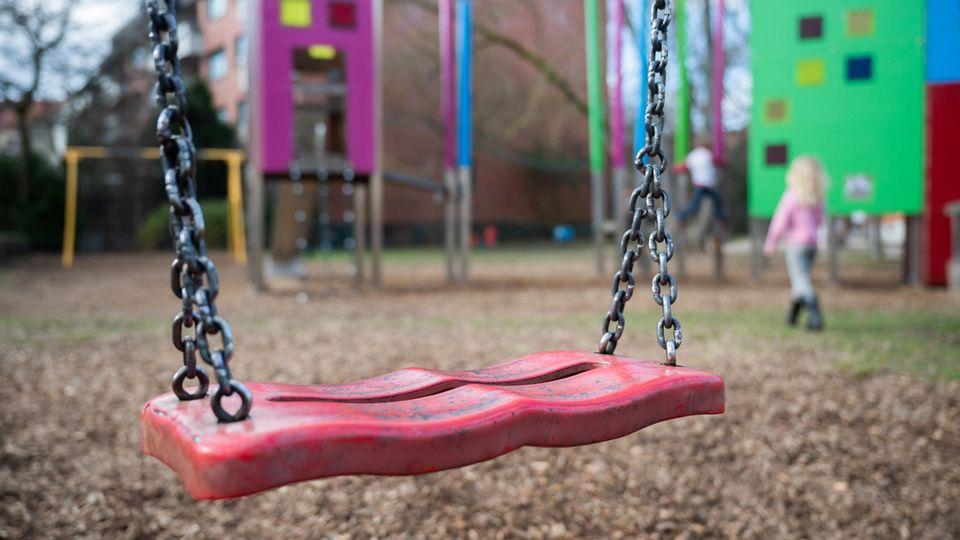 Eine Schaukel hängt auf einem Kinderspielplatz
