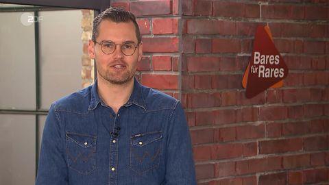 Kapitän Fabian Krieg aus Hamburg steht im Studio von Bares für Rares und schaut in die Kamera