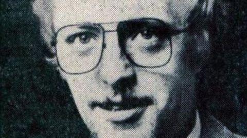 Auf einem Schwarzweiß-Foto ist Herbert Kahrs zu sehen, er trägt Bart und Brille