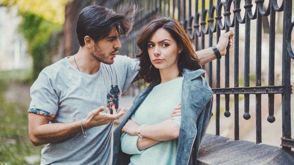 Mann und Frau streiten sich.