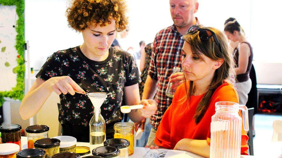 Bei einem Workshop zeigt Lucie Böhme Interessierten, wie Putzmittel gemischt werden