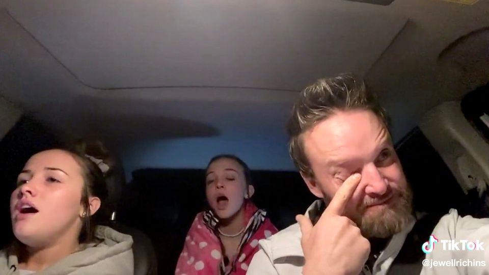 @jewellrichins auf Tiktok: Töchter singen im Auto und rühren ihren Vater zu Tränen.
