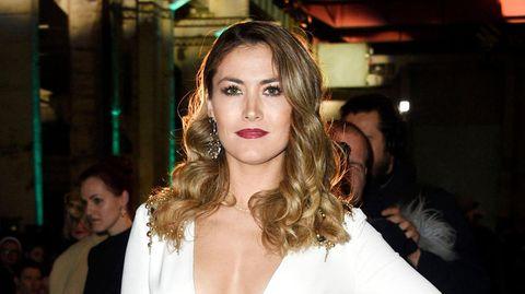 Model Fiona Erdmann posiert im weißen Kleid auf der Fashion Week