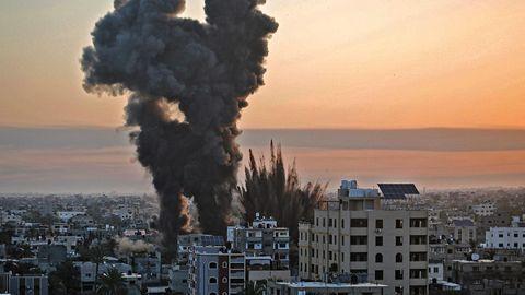 Schwarzer Rauch steigt nach einer Reihe von israelischen Luftangriffen auf Khan Yunis im südlichen Gazastreifen auf