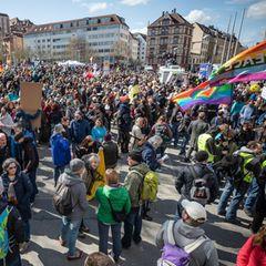Hunderte Demonstranten der Initiative Querdenken versammeln sich auf dem Stuttgarter Marienplatz