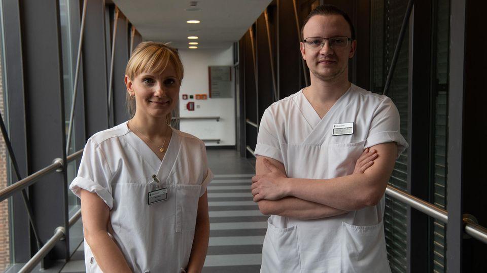 Marie Sohn und Philipp Wiemann stehen nebeneinander und lächeln in die Kamera