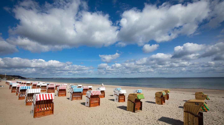Strandkörbe auf einem fast menschenleeren Strand an der Ostsee