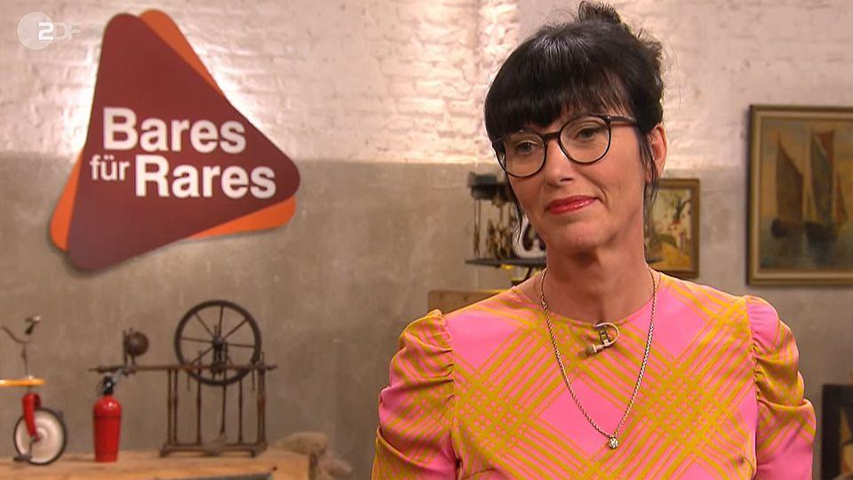 Heide Rezepa-Zabel steht im Studio von Bares für Rares in Pulheim am Expertentisch