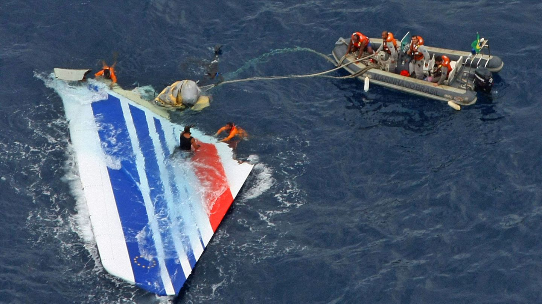 Das Seitenleitwerk des abgestürzten Airbus A330-200 von Air France wird aus dem Meer geborgen