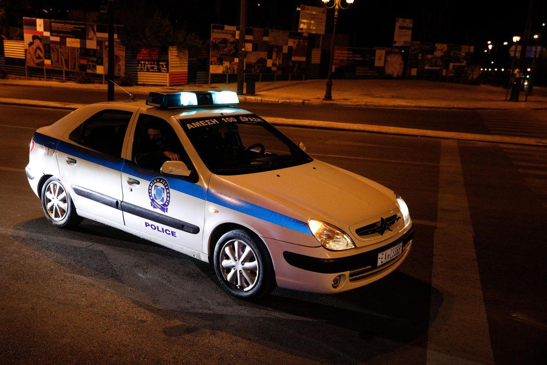 Ein Auto der griechischen Polizei bei Dunkelheit