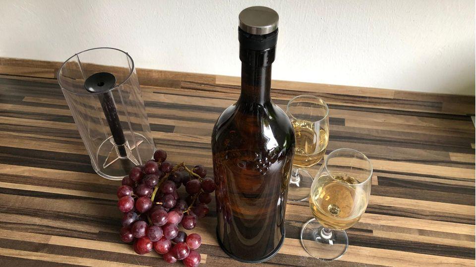 """""""Die Höhle der Löwen"""": Der Winemaster mit Flaschenhalter und zwei Gläsern Weißwein"""