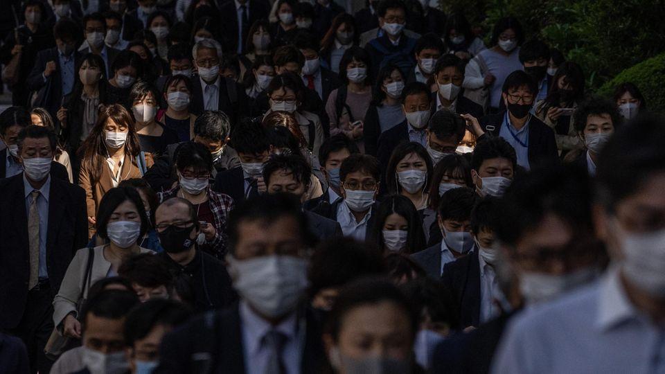 Menschen mit Mund-Nase-Schutz in Tokio, Japan