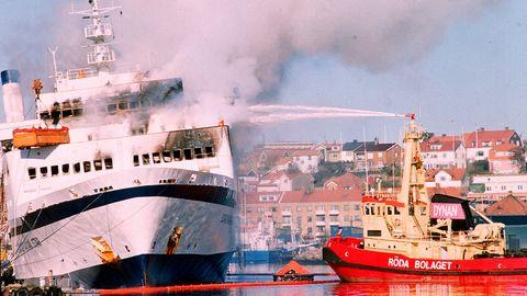 """Feuerwehrleute versuchen die Fähre """"Scandinavian Star"""" zu löschen"""