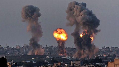 Während eines israelischen Luftangriffs am 12. Mai steigen Rauch und ein Feuerball über Khan Yunis im südlichen Gazastreifen auf