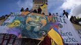 Demonstranten in Bogotá enthüllen ein riesiges Porträt des getöteten AktivistenLucas Villa