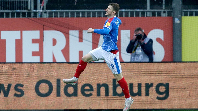 Alexander Mühling bejubelt sein 3:2 für Holstein Kiel gegen Regensburg
