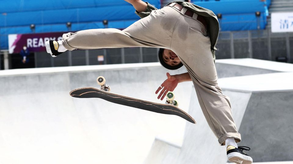 Tokio, Japan. Der einheimische Profiskateboarder Akira Tanaka zeigt bei einem Test-Event für die Olympischen Spiele in der Hauptstadt imAriake Urban Sports Park sein Können.