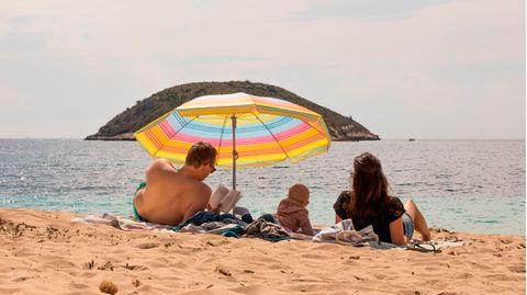Familie am Strand von Palma de Mallorca