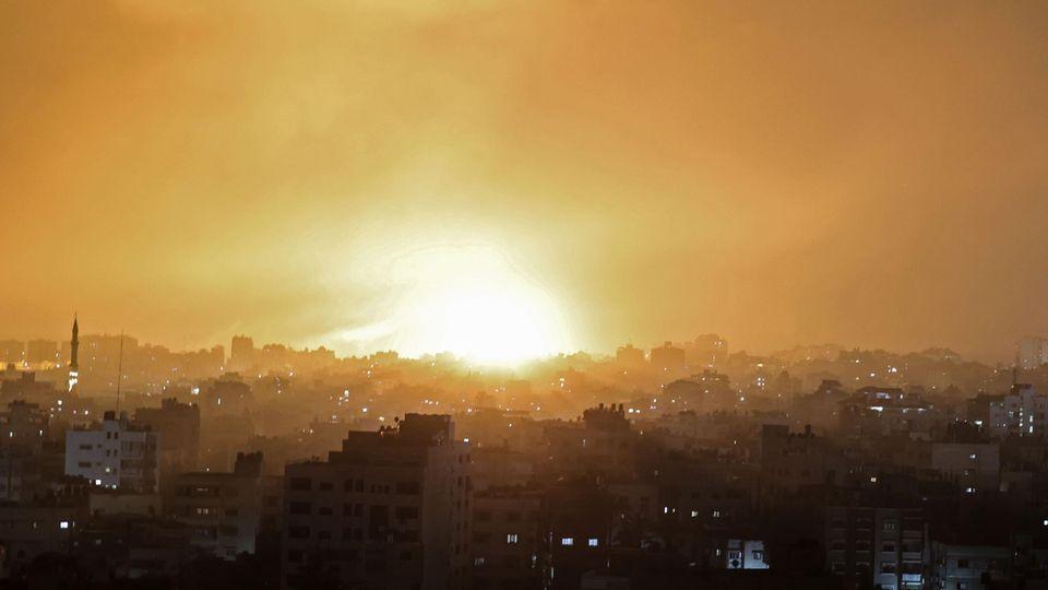 Eine Explosion erhellt den Himmel nach einem israelischen Luftangriff auf Beit Lahia im nördlichen Gazastreifen