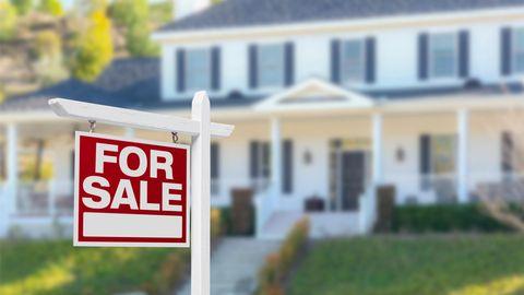 """""""For Sale""""-Schild vor einem Haus"""