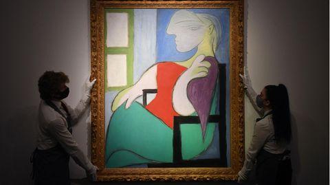 Mitarbeiter des Auktionshauses Christie's präsentieren in New York das Picasso-Gemälde